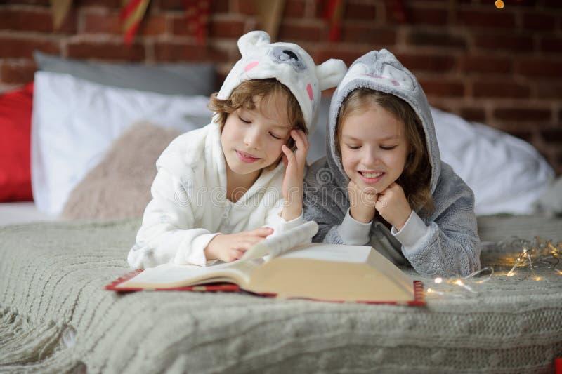 Фото две лежат на кровати