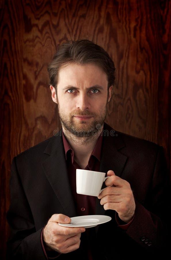 40 лет кофе утра старого бизнесмена выпивая стоковая фотография