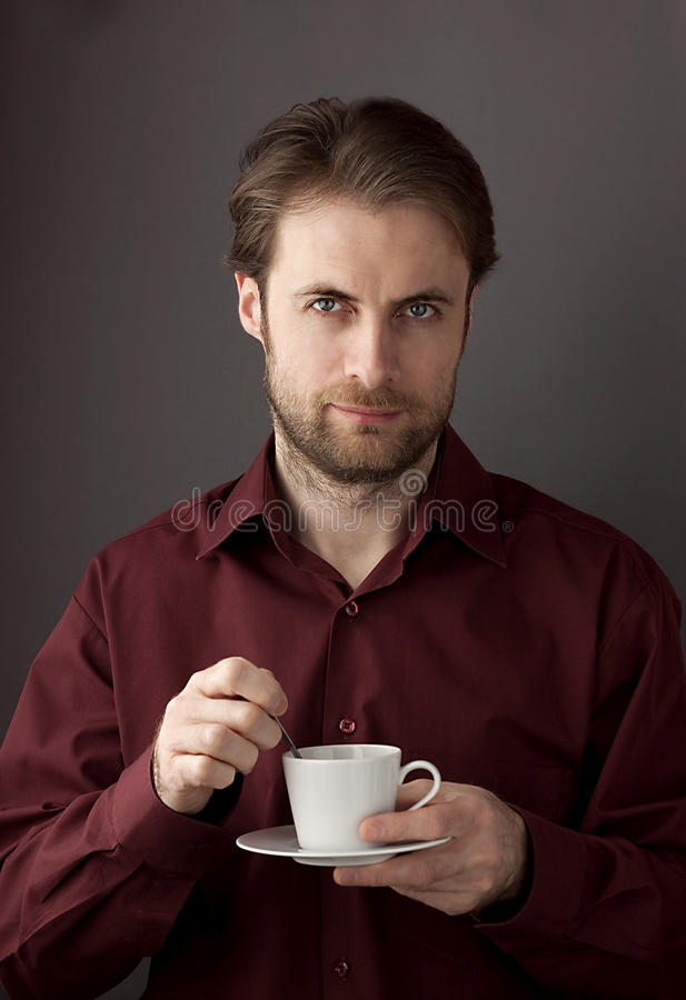 40 лет кофе утра старого бизнесмена выпивая стоковое изображение