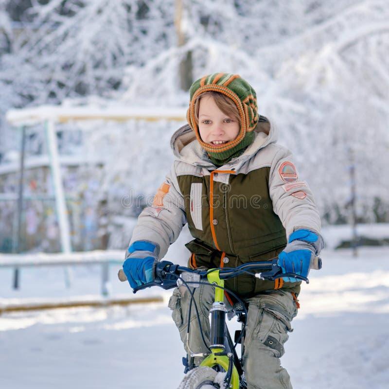 Ехать велосипед на снеге стоковое изображение rf
