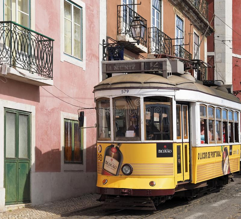 Ехать известный трамвай в Лиссабоне стоковое изображение rf