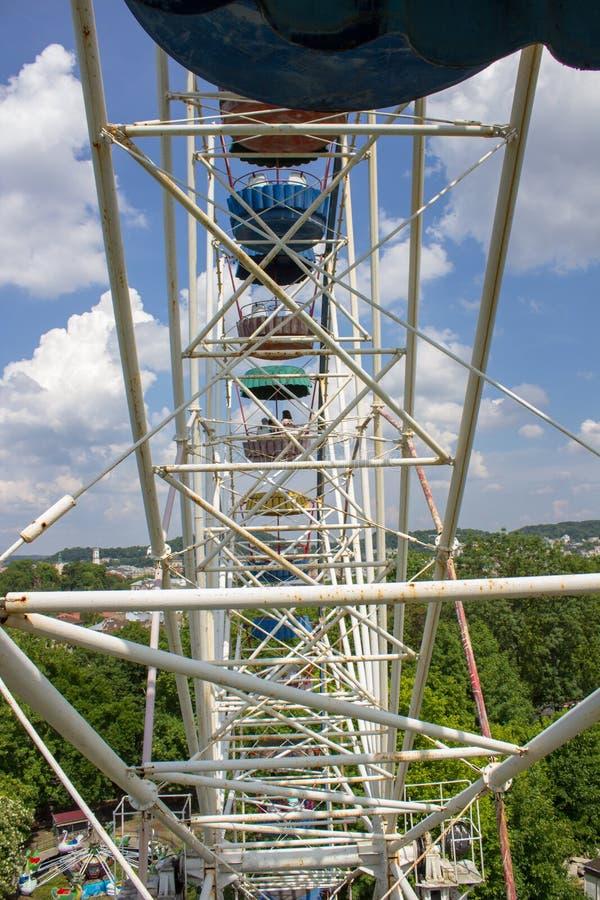 Ехать колесо Ferris, сидя на ездах и закрутке колеса Ferris в круге стоковая фотография