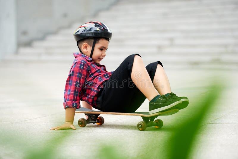 Ехать на скейтборде стоковая фотография rf