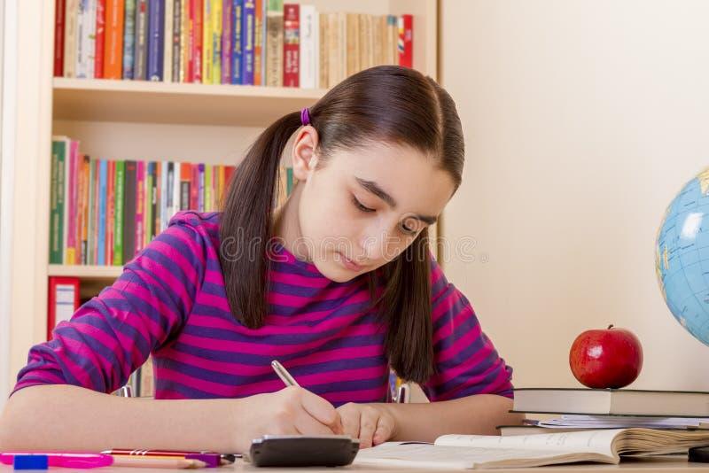 делать ее школьницу домашней работы стоковая фотография
