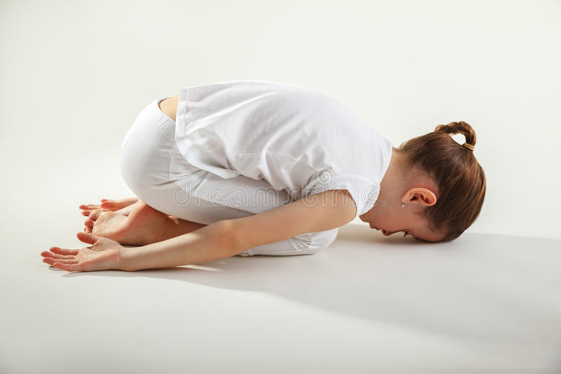делать детенышей йоги девушки стоковая фотография rf