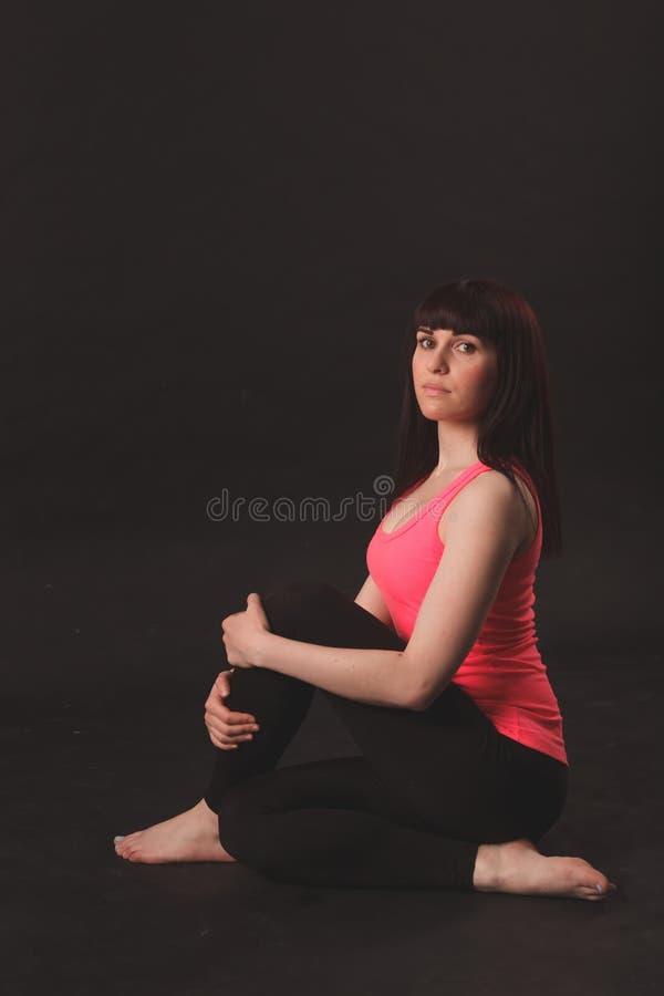 делать тренировки протягивая женщину стоковое фото