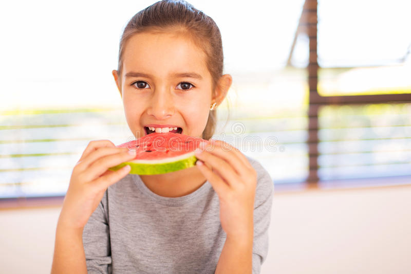 еда арбуза девушки стоковые изображения