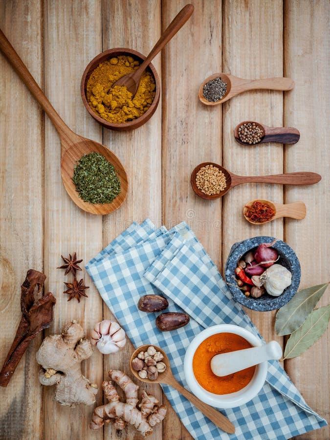 Еда варя ингридиенты Высушенные ручки циннамона травы специй, залив стоковое фото