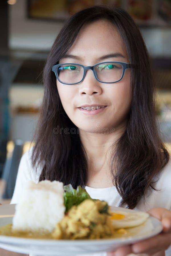 Еда владением женщины Азии тайская стоковые фото