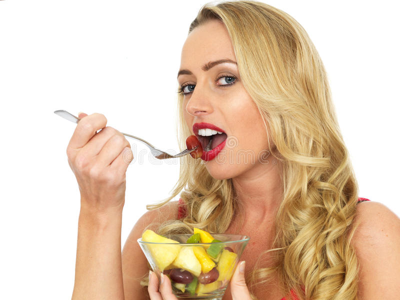 еда детенышей женщины салата свежих фруктов стоковое фото rf