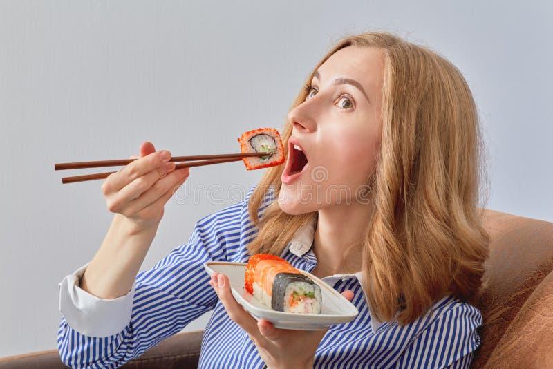 еда женщины суш стоковые изображения