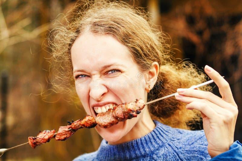 еда женщины kebab стоковое фото rf