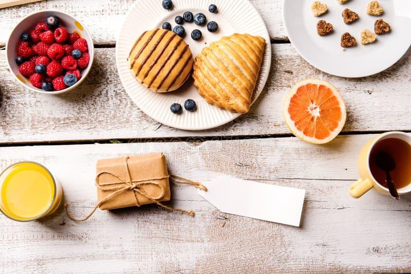 Еда завтрака пустая бирка Студия снятая на деревянной предпосылке стоковые изображения rf