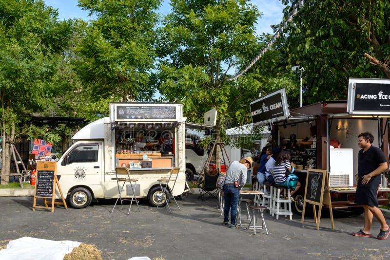 Еда заказа людей от тележек еды на тележке еды справедливой в Бангкоке стоковые фотографии rf