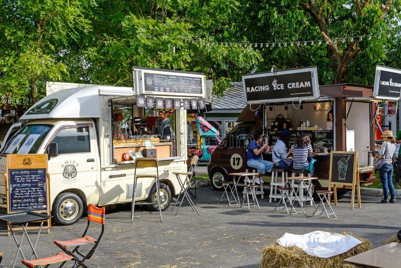 Еда заказа людей от тележек еды на тележке еды справедливой в Бангкоке стоковые фото