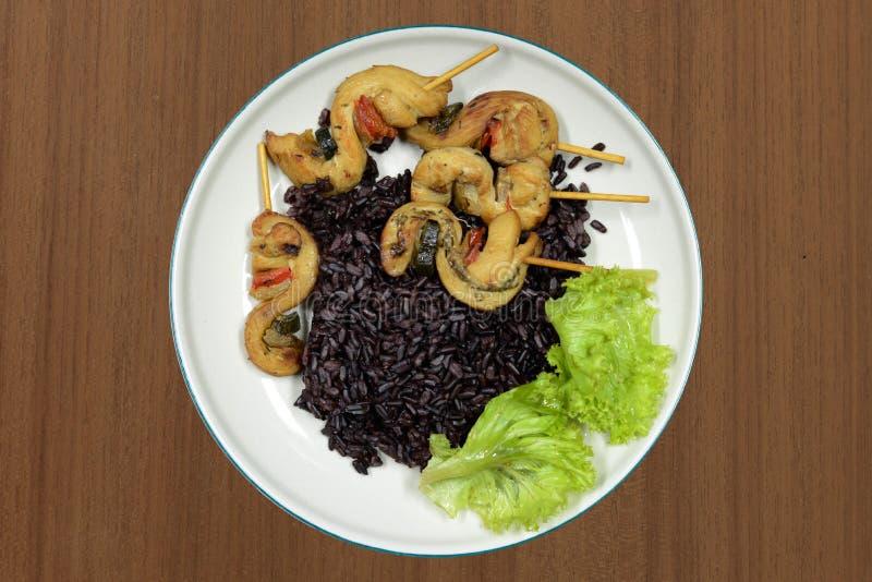 еда коричневого риса тайская на деревянном столе стоковая фотография rf