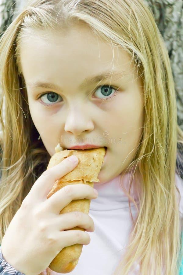 Еда милой девушки стоковые фото