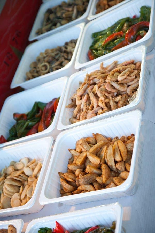 Еда на белых контейнерах показанных на таблице стоковое фото rf