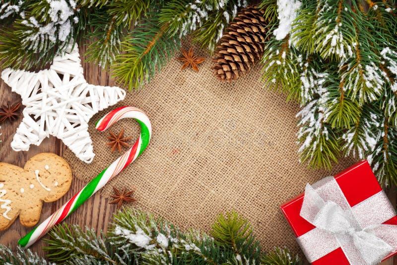 Еда, оформление и подарочная коробка рождества с елью снега стоковое фото rf