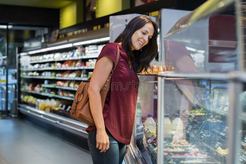 Еда покупок молодой женщины стоковое фото