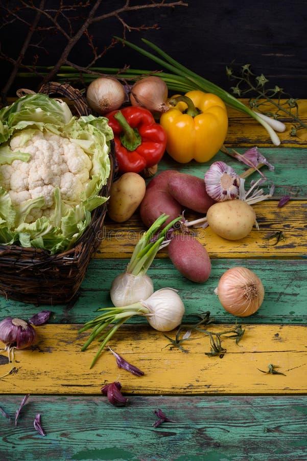 еда предпосылки здоровая Овощи сада над красочным деревянным столом Взгляд сверху, космос экземпляра стоковое изображение rf