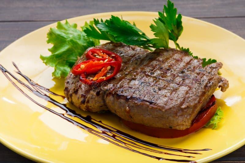 Еда ресторана на деревянном столе Совершенный стейк говядины стоковое фото rf