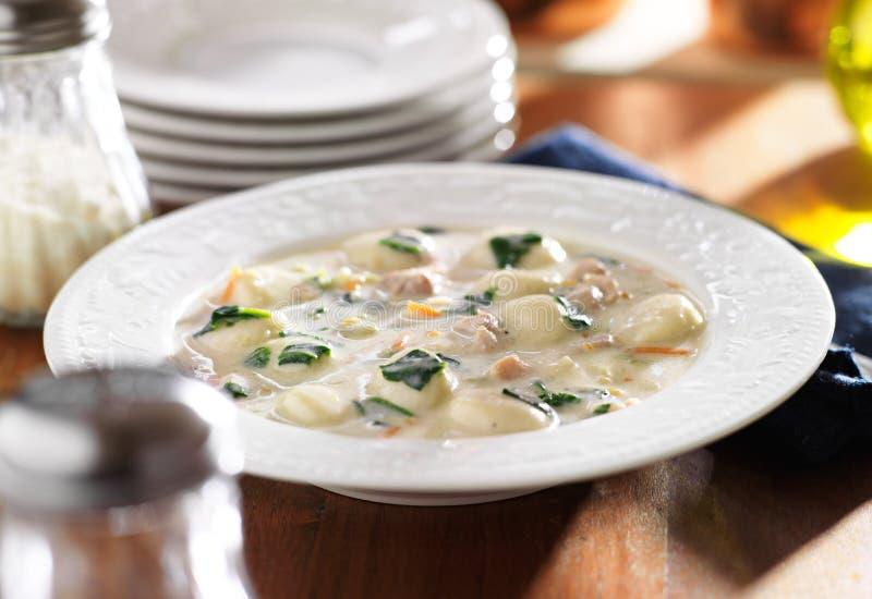 Еда супа цыпленка и gnocchi стоковое фото
