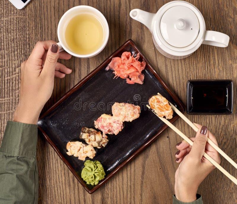 Еда суш с бамбуковыми ручками стоковое изображение