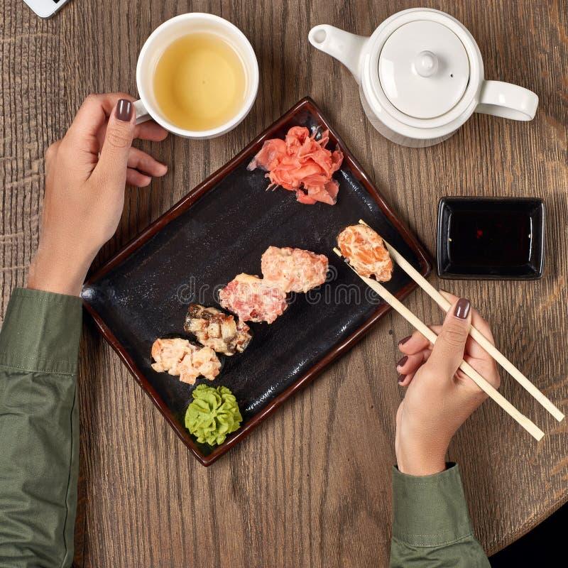 Еда суш с бамбуковыми ручками стоковое фото