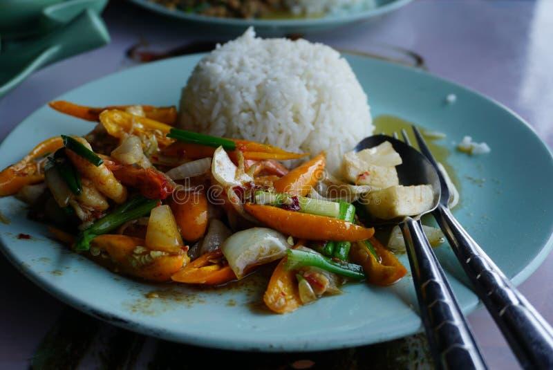 еда тайская Зажаренный сладостный перец с креветкой стоковые фото