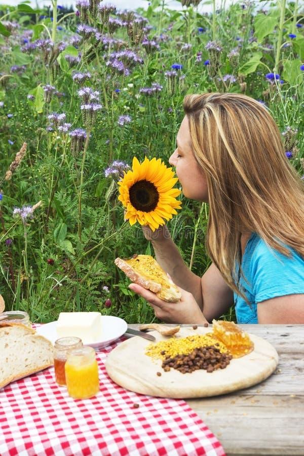 Еда хлеба меда стоковое изображение