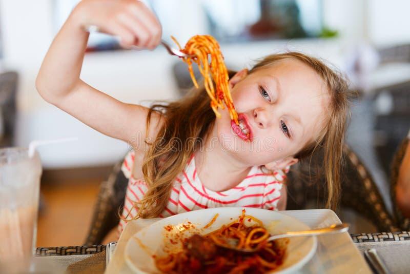 ел девушку меньшее спагетти стоковое фото rf