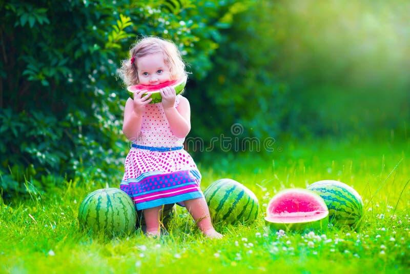 ел девушку меньший арбуз стоковая фотография rf