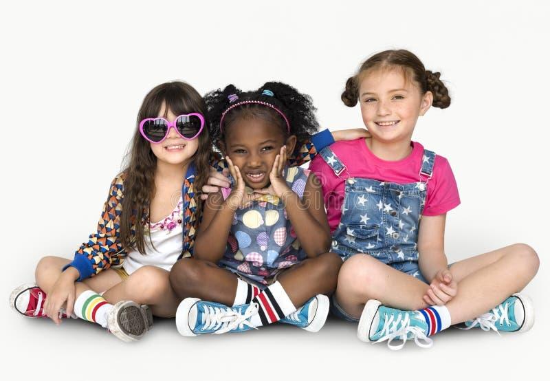 Единение s приятельства счастья подруг детей усмехаясь стоковое изображение rf