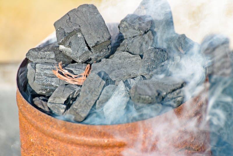Едкий уголь на гриле стоковая фотография rf