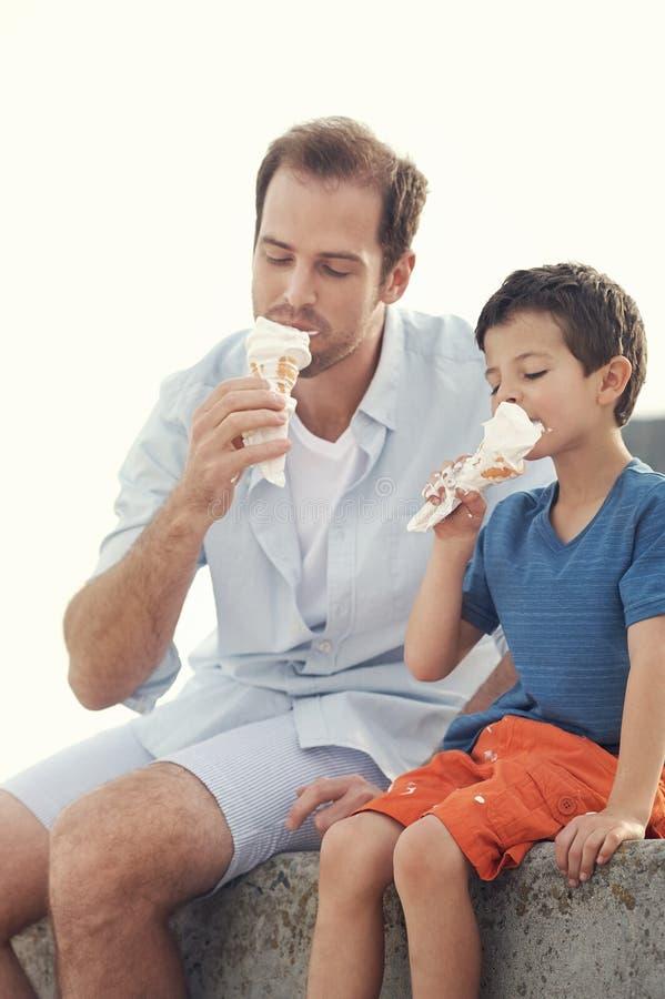 Ел мороженое совместно стоковая фотография