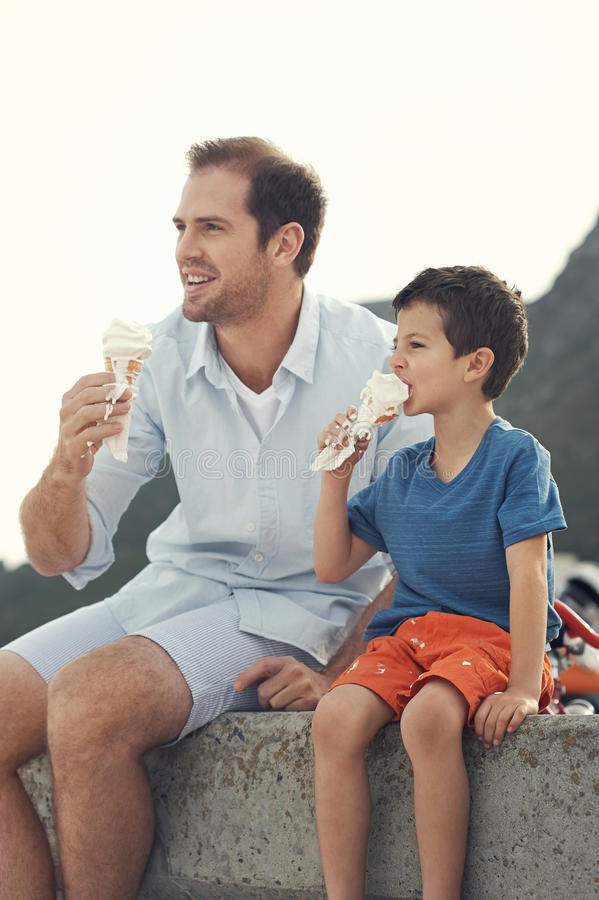 Ел мороженое совместно стоковые фотографии rf