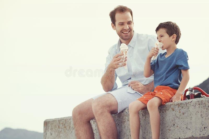 Ел мороженое совместно стоковое изображение