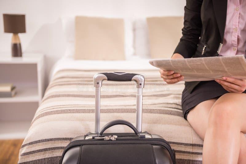 дело держит отключение чемодана сек человека непознаваемым стоковая фотография