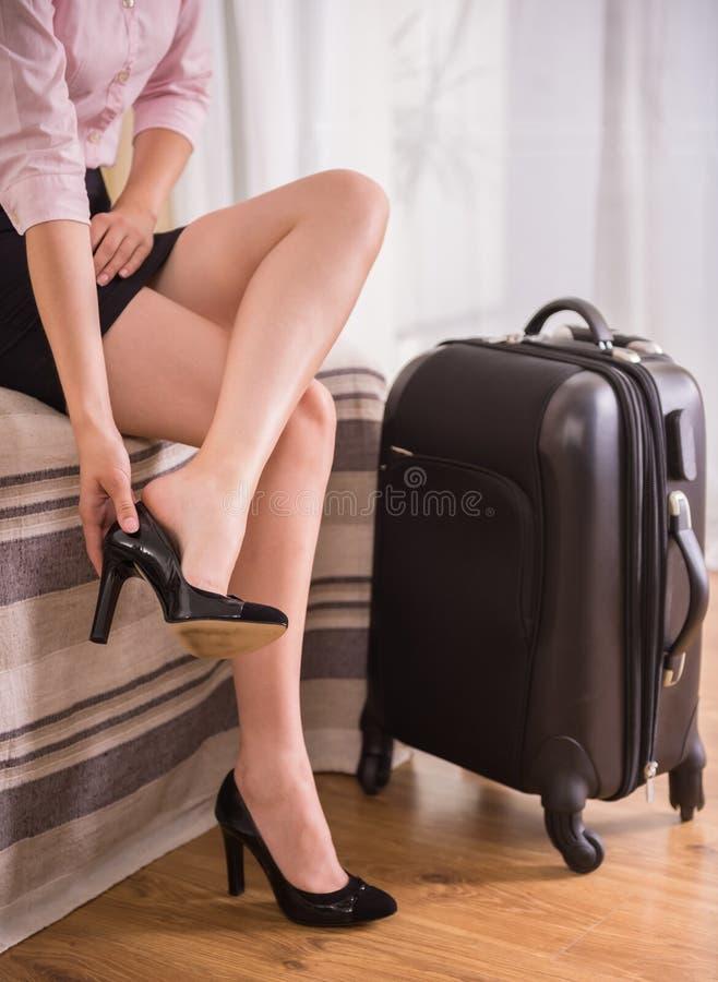 дело держит отключение чемодана сек человека непознаваемым стоковые изображения rf