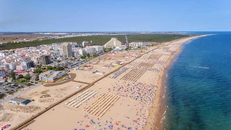 дел Фото от неба пляжей Monte Gordo, съемки от трутня tavira Португалии болотоов algarve saline стоковые изображения rf