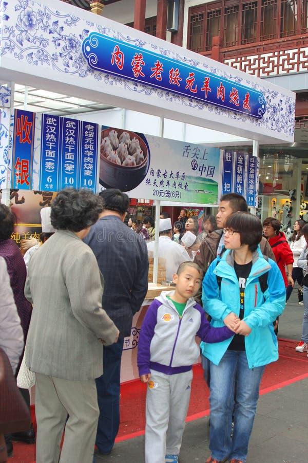 Еды покупки людей на современной еде глохнут в городке Nanshi старом в Шанхае, Китае стоковая фотография rf