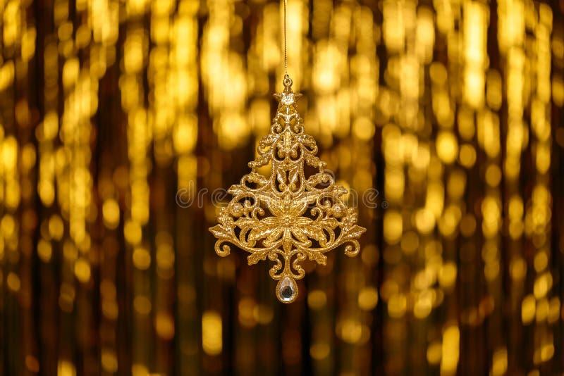 Ель игрушки Нового Года рождества на нерезкости золота стоковые фотографии rf