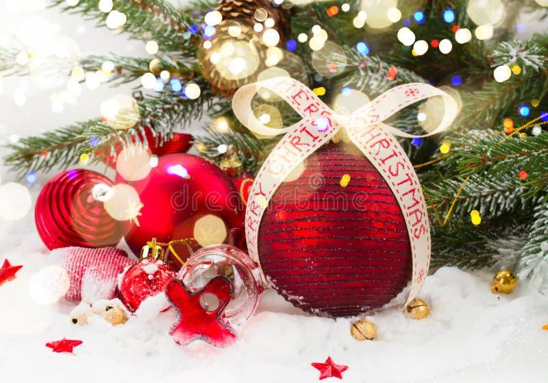 Ель и красные украшения рождества стоковое фото