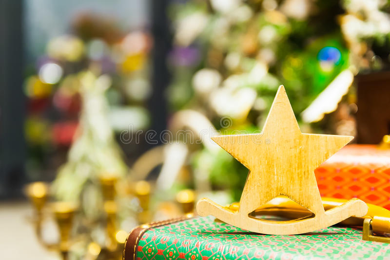 Ель рождества забавляется старая деревянная звезда она стоит на свечах ретро чемодана горящих, коробки, шарики, конусы сосны стоковое фото