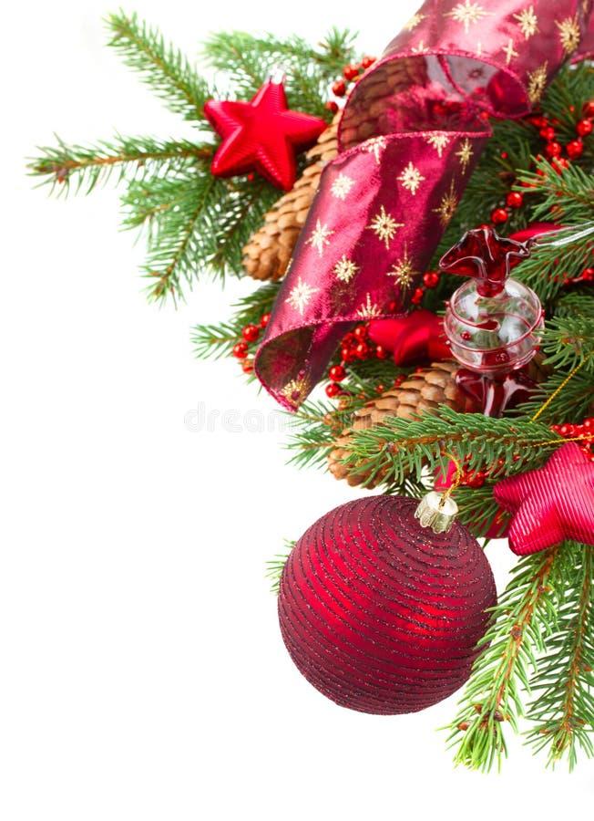 Ель с красными украшениями и конусами рождества стоковая фотография