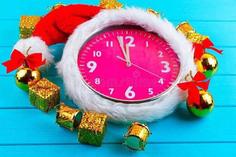 Ель с украшениями, будильником и подарком рождества стоковые фотографии rf