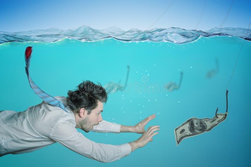 Жадный бизнесмен плавает в воде и заразительных деньгах на приманке Концепция очковтирательства стоковое изображение