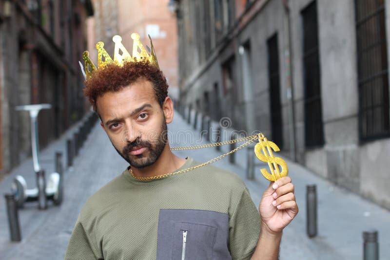 Жадный человек показывая ожерелье знака доллара стоковые изображения