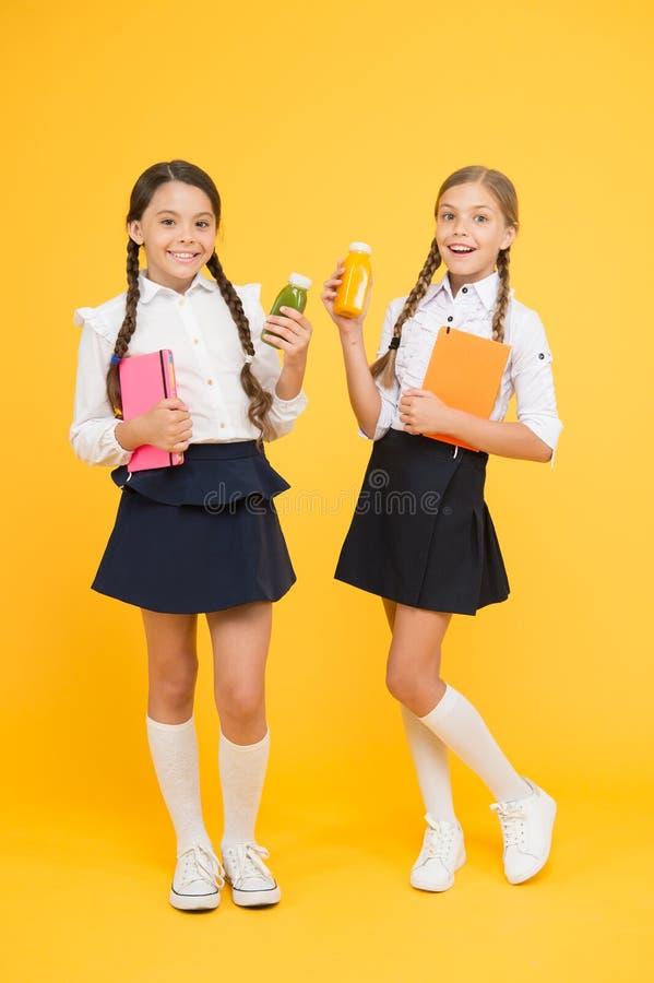 Жажда и обезвоживание Здоровый smoothie плода закуски Вытрезвитель Smoothie Yummy smoothie m Школьницы стоковые изображения rf